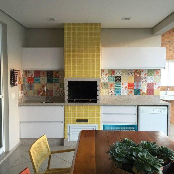 Cozinha com churrasqueira na área externa super colorida e linda