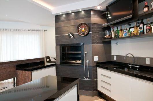 Cozinha com churrasqueira e revestimento de madeira