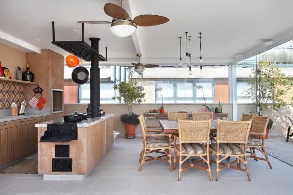 Cozinha com churrasqueira planejada na área externa