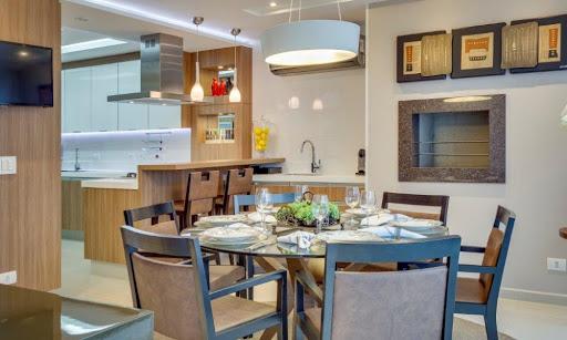 Cozinha com churrasqueira na casa moderna