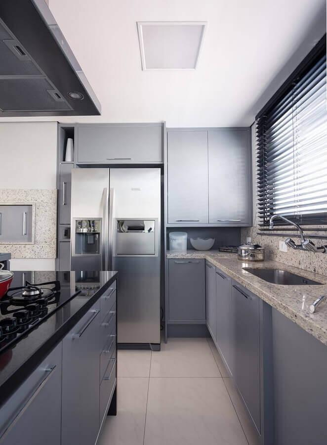 cozinha com ilha moderna decorada com armários cinza Foto Blacher Arquitetura