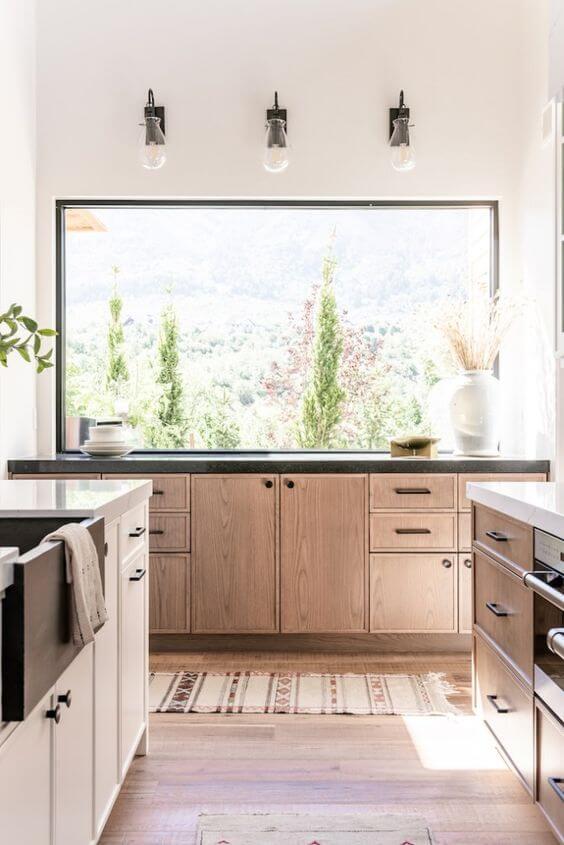 Cozinha com podocarpo na janela