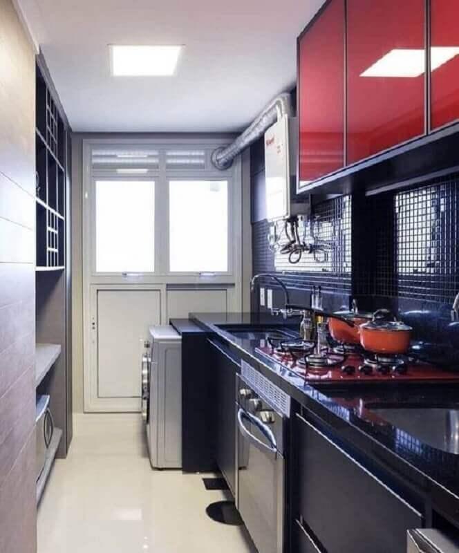 cozinha compacta preta decorada com armário aéreo vermelho Foto Pinterest