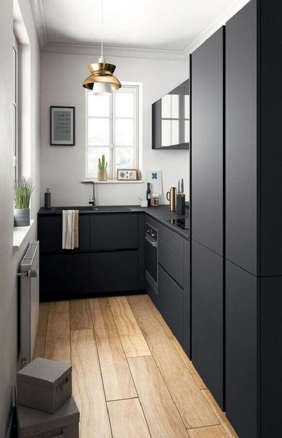 cozinha compacta preta planejada com piso de madeira e armários com acabamento fosco Foto Pinterest
