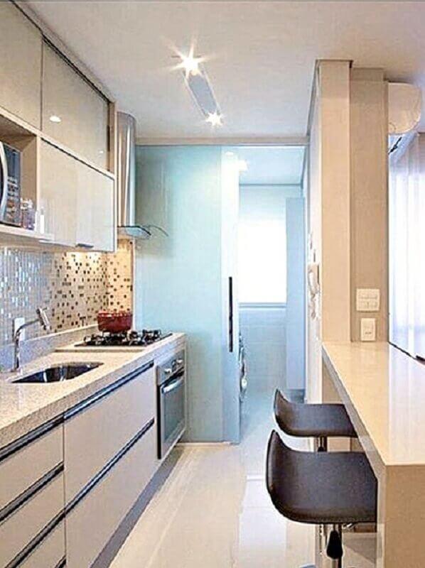 cozinha de apartamento pequeno com lavanderia planejada toda branca Foto Você Precisa Decor
