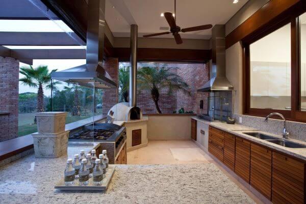 Cozinha externa com churrasqueira em inox