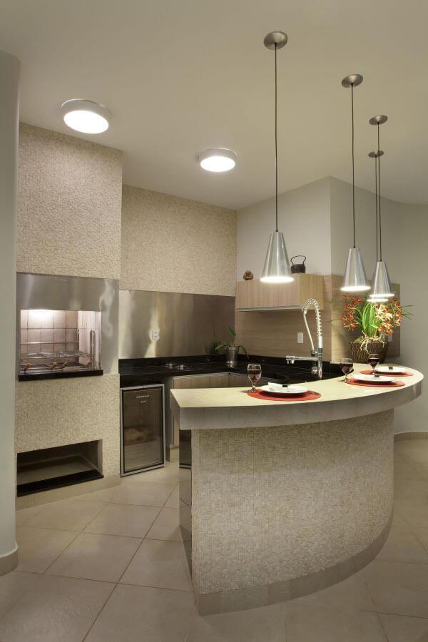 Cozinha gourmet com churrasqueira e balcão