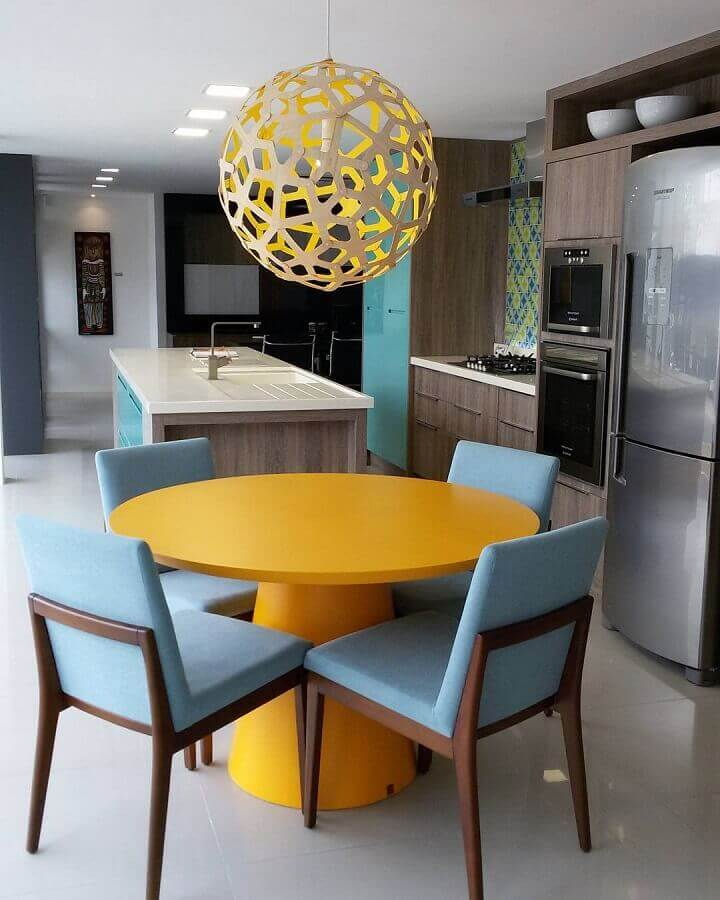 cozinha moderna decorada com mesa redonda na cor mostarda Foto Karen Pedrosa