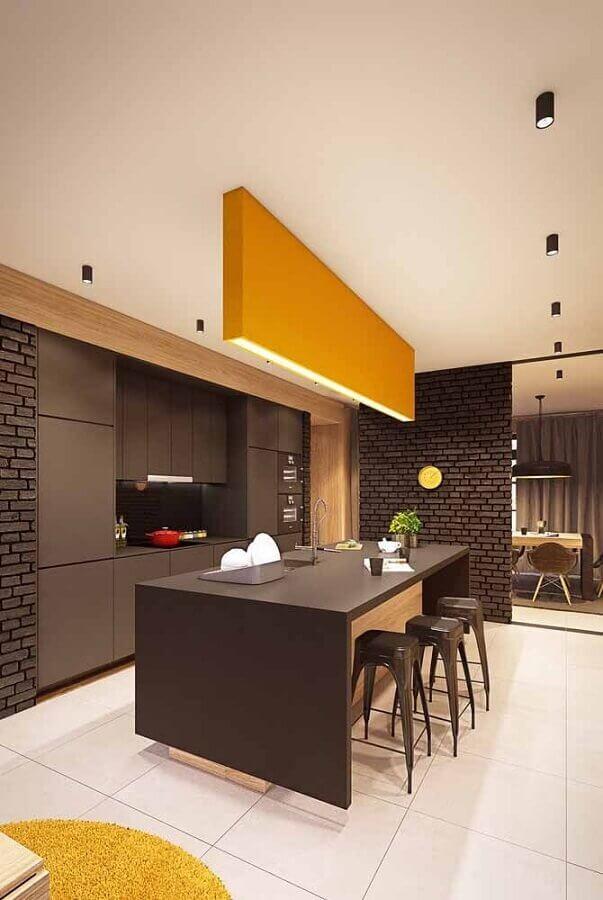 cozinha moderna planejada com armários pretos e luminária grande na cor mostarda Foto Ideias Decor