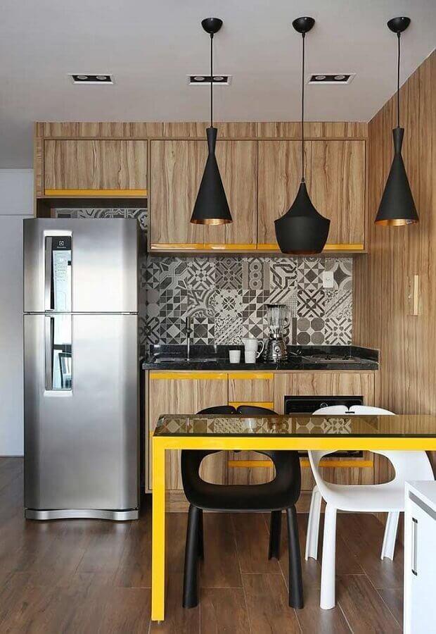cozinha pequena decorada com armários de madeira e pendentes pretos Foto Ideias Decor