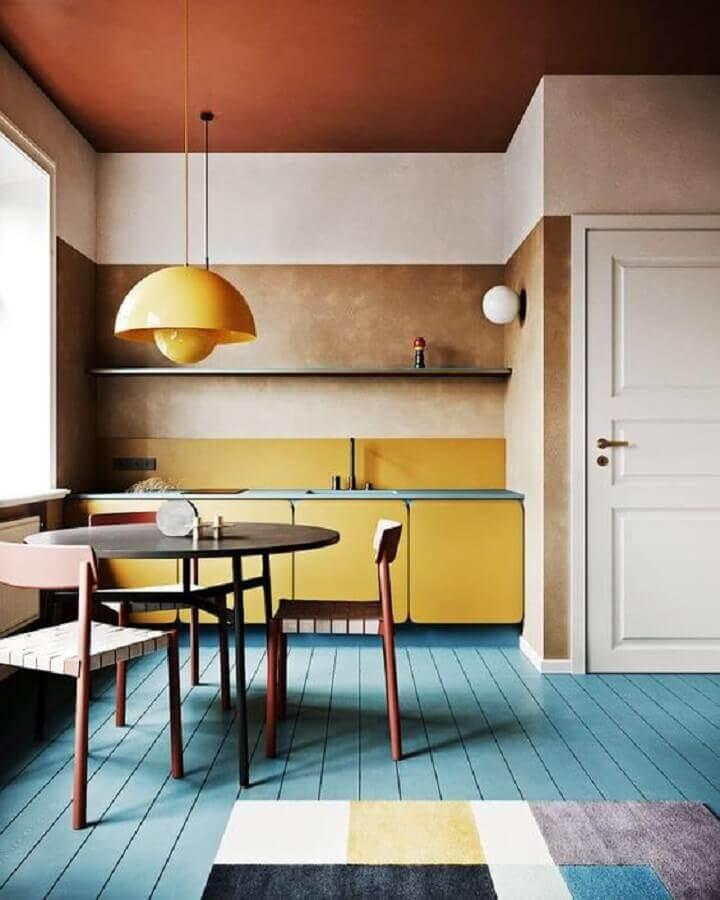 cozinha planejada com armário cor mostarda e piso azul Foto Pinterest