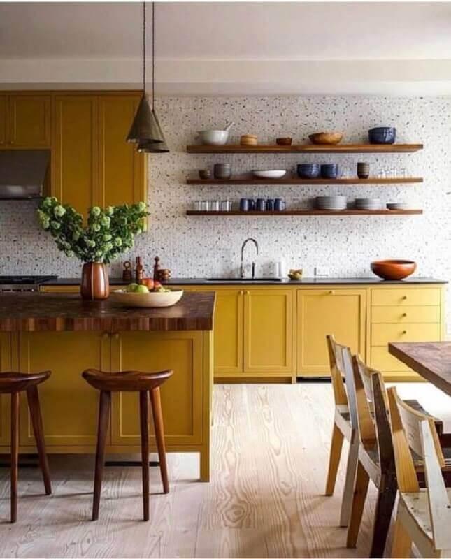 cozinha planejada com armário na cor mostarda e prateleiras de madeira Foto Pinterest