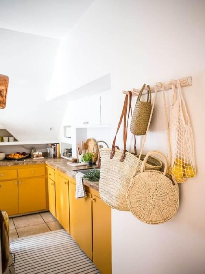 cozinha planejada com armários cor mostarda Foto Apartment Therapy