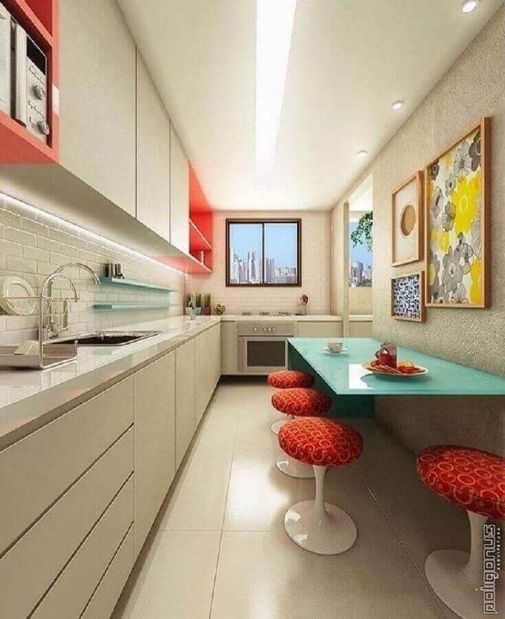 cozinha planejada com armários em cores neutras e mesa verde água Foto Poligonus Arquitetura