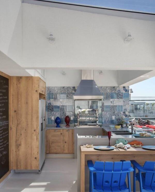 Cozinha planejada com churrasqueira e detalhes em azul