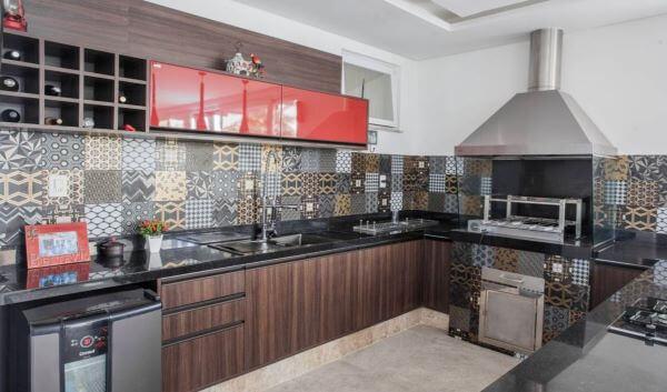 Cozinha planejada com churrasqueira