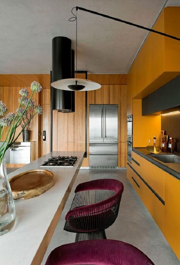 cozinha planejada moderna na cor mostarda com poltronas bordô Foto Casa de Valentina