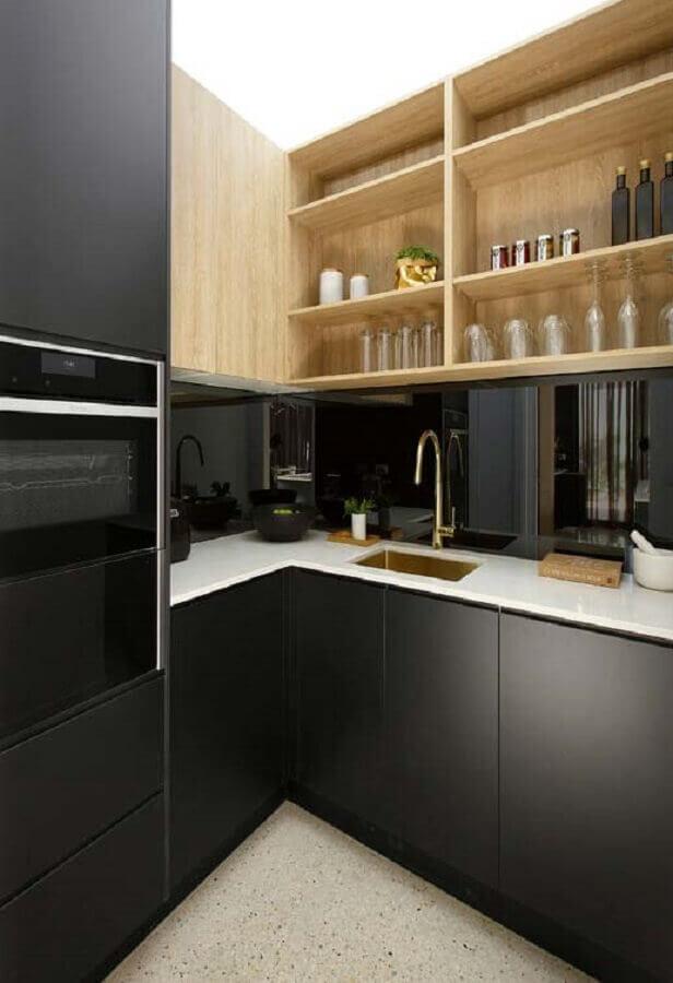 cozinha planejada preta com armário aéreo de madeira Foto Webcomunica