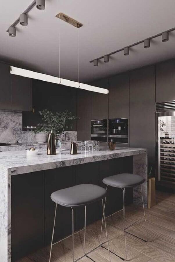 cozinha planejada preta com ilha de mármore Foto Pinterest