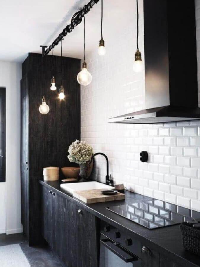 cozinha planejada preta decorada com luminária pendente retrô Foto Apartment Therapy