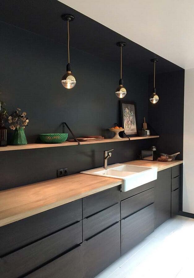 cozinha preta decorada com prateleira e bancada de madeira Foto Original Home