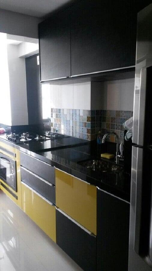 cozinha preta e amarela pequena Foto Casa & Artesanato