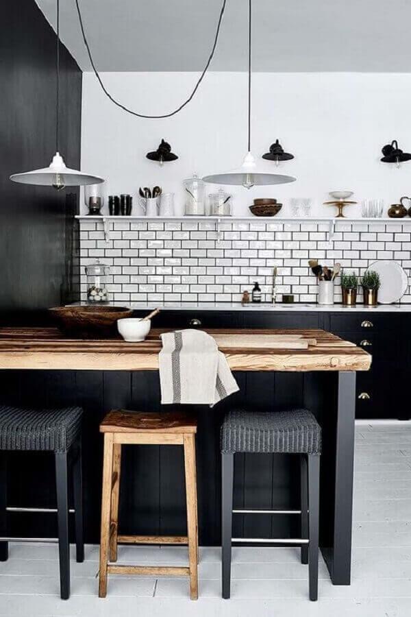 cozinha preta e branca decorada com bancada de madeira Foto Revista VD