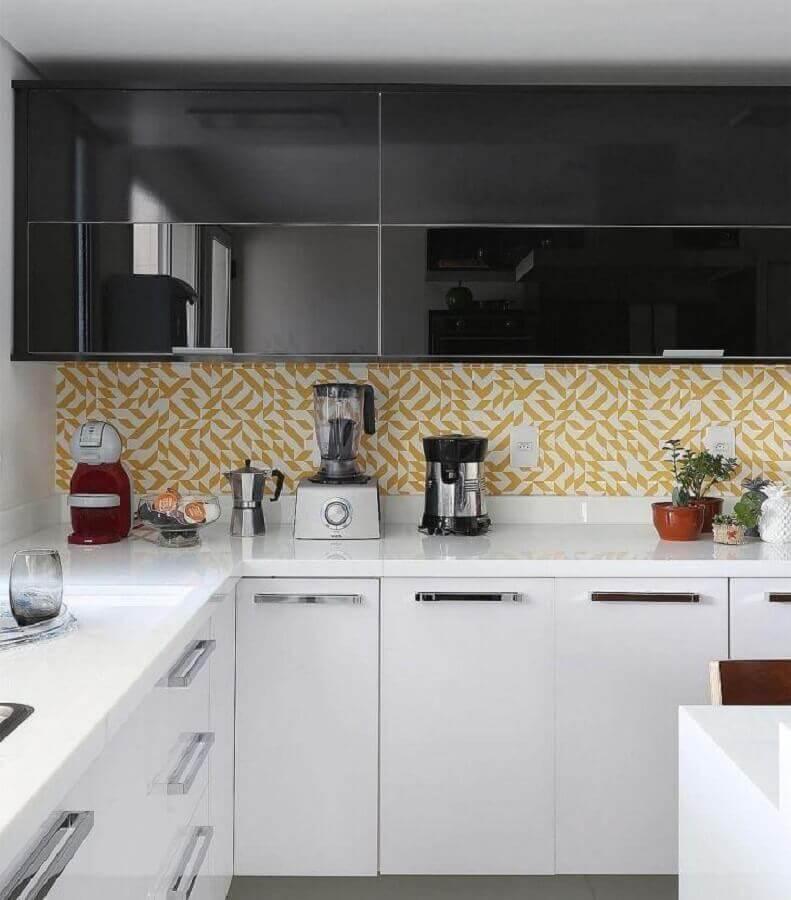 cozinha preta e branca decorada com azulejo amarelo Foto Antônia Armando de Araújo