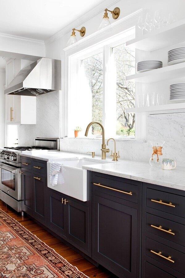 cozinha preta e branca decorada com estilo clássico e sofisticado Foto Apartment Therapy