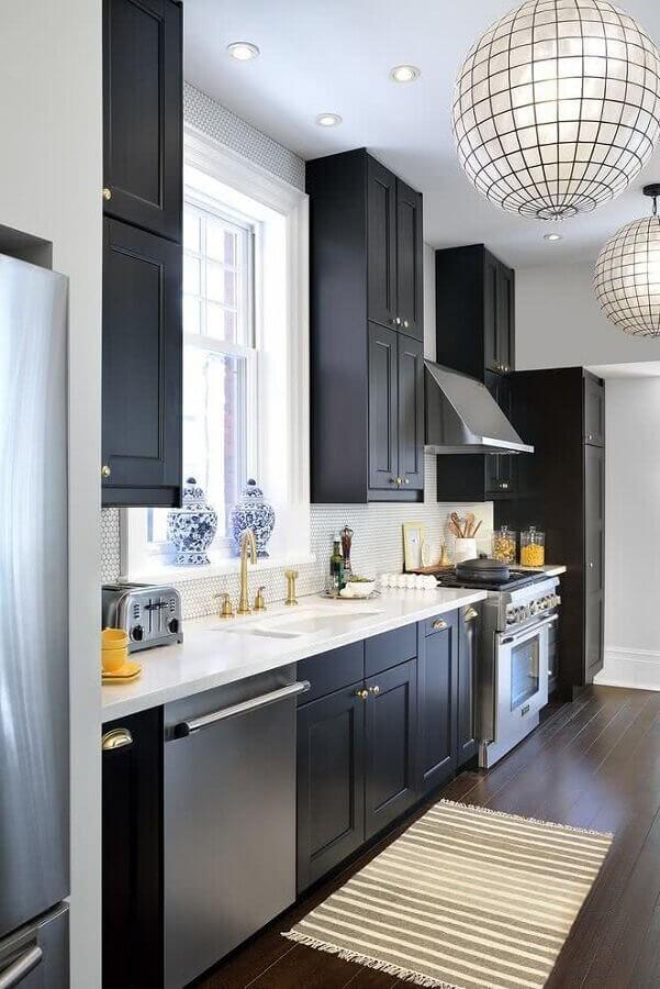 cozinha preta e branca decorada com lustre pendente redondo Foto Pinterest