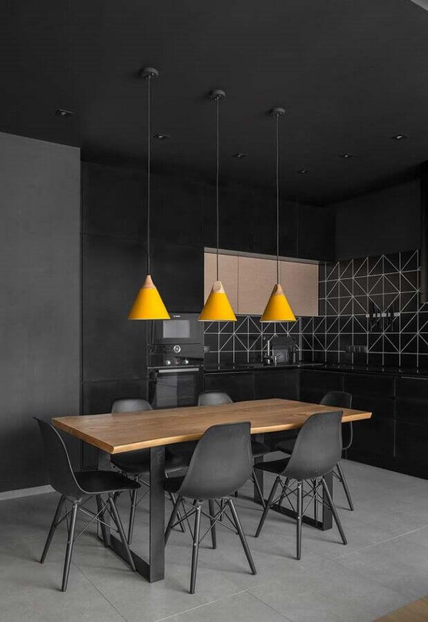 cozinha preta moderna decorada com pendente amarelo Foto Wood Save