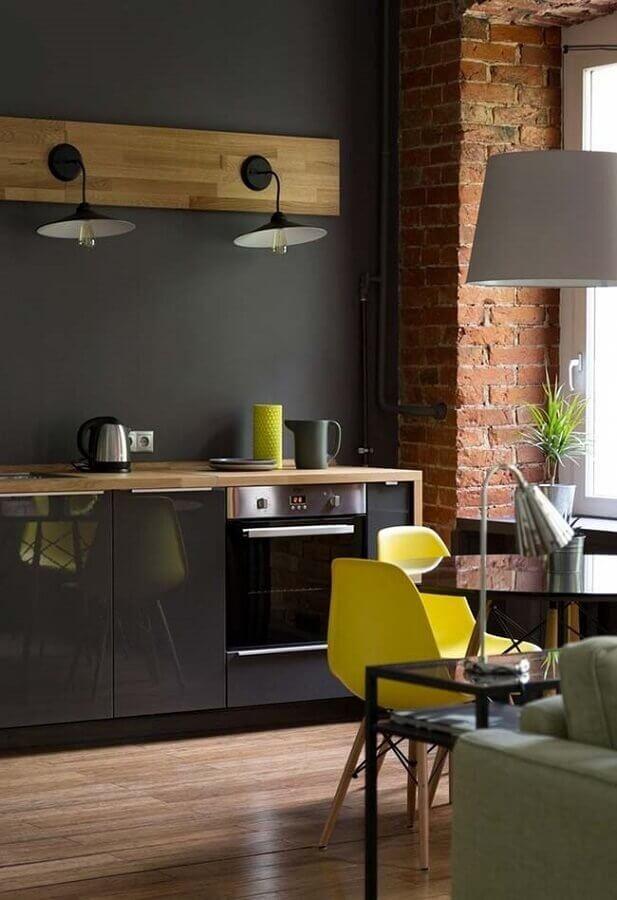 cozinha preta planejada com tijolinho a vista Foto Area Mulher