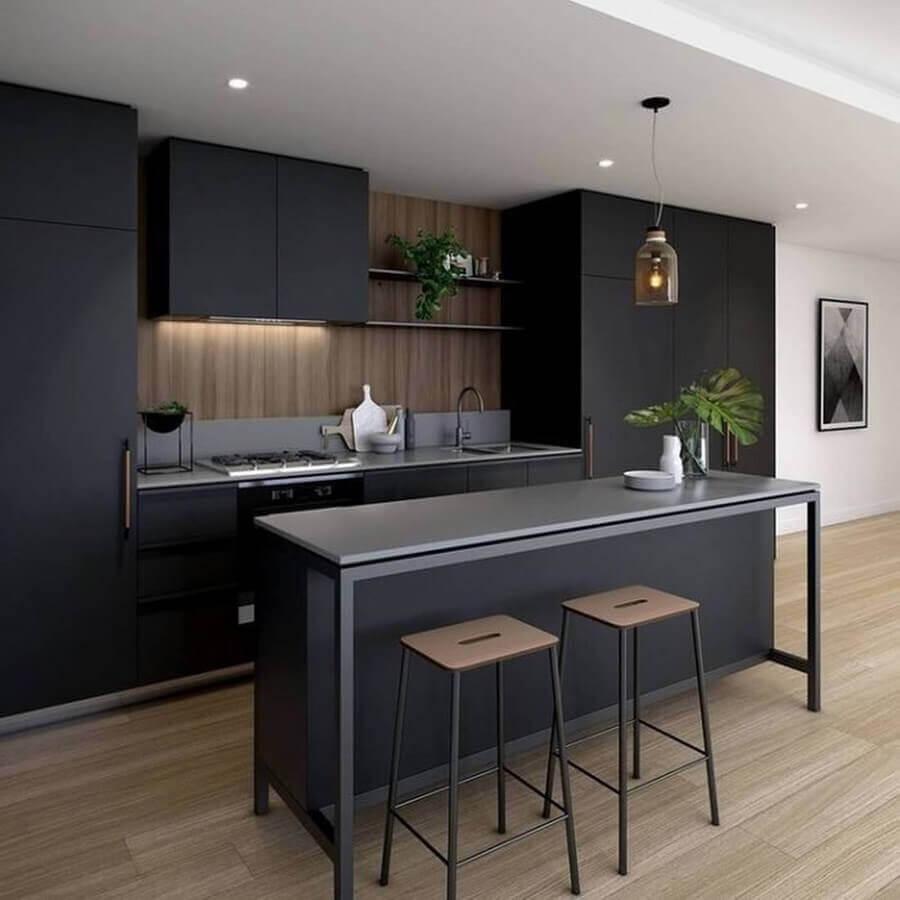 cozinha preta planejada moderna com piso de madeira Foto Dicas Decor