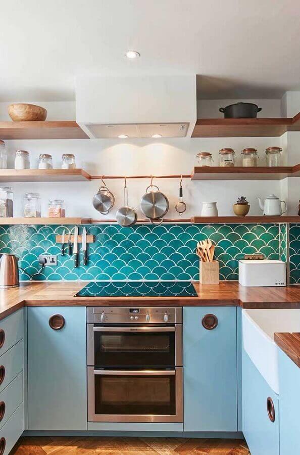 cozinha retrô decorada com revestimento azul e bancada de madeira Foto Ideias Decor