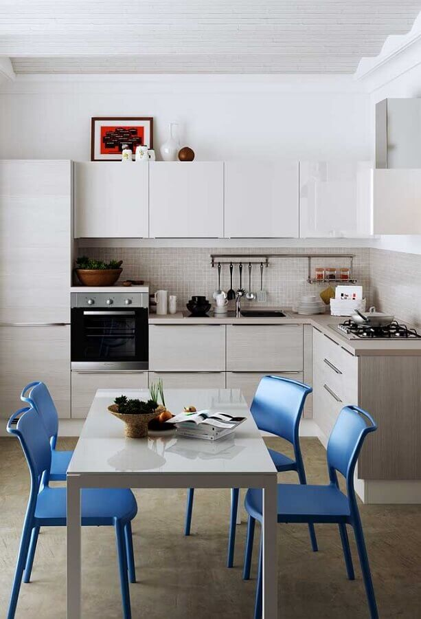 cozinha simples decorada com cadeiras azuis Foto Pinterest