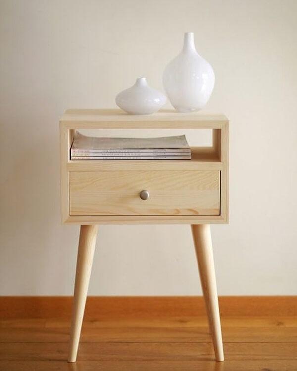 Criado mudo retrô feito de madeira com pé de palito