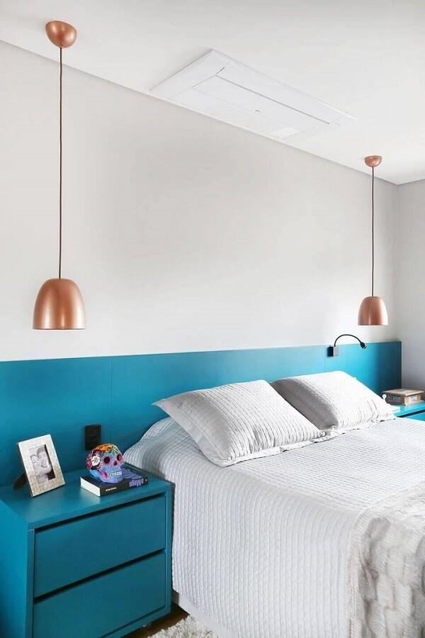 O criado azul tiffany combina com a cabeceira da cama