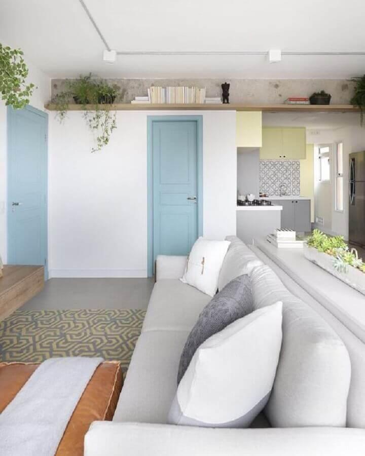 decoração clean com porta para sala pintada de azul claro Foto MdeMulher