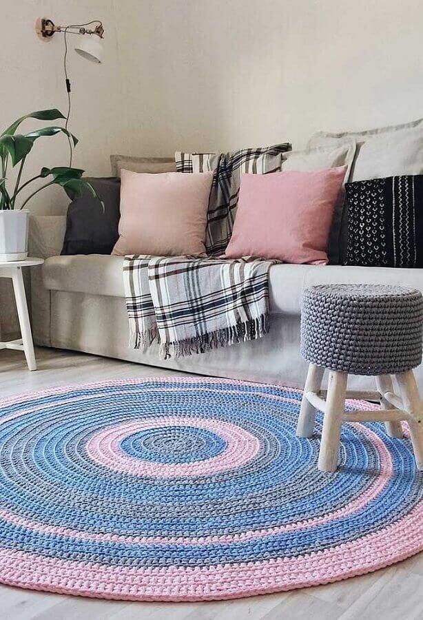 decoração clean com tapete de crochê para sala redondo cinza e rosa Foto Behance