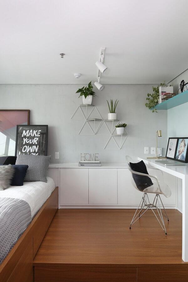 decoração clean para quarto planejado moderno com bancada de home office Foto Estúdio Urbhá arquitetura
