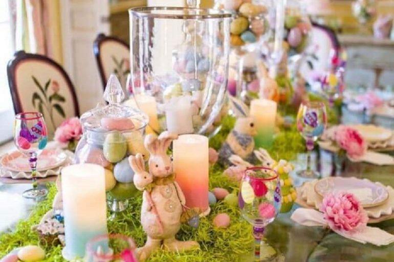 decoração colorida para mesa de páscoa com coelhos e velas