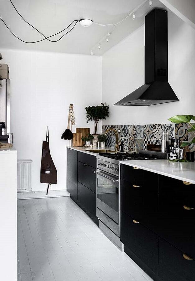decoração com armário de cozinha preto com puxadores dourados Foto Ideias Decor