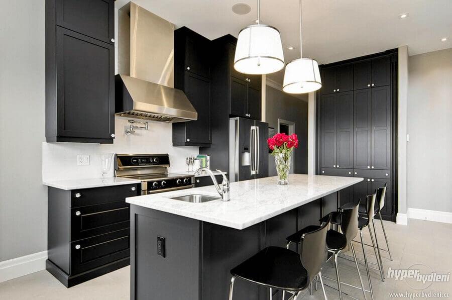 decoração com armário de cozinha preto e ilha com pendente arrojado Foto Decoratorist