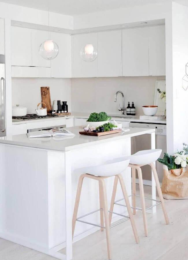 decoração com banquetas para cozinha com ilha toda branca Foto Pinterest