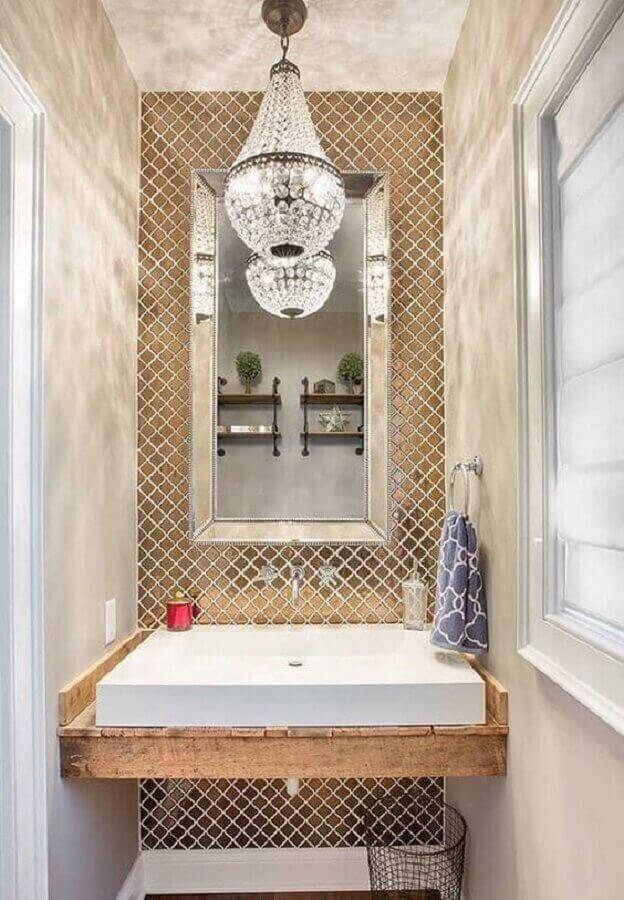decoração com lustre de cristal para banheiro pequeno Foto Revista VD