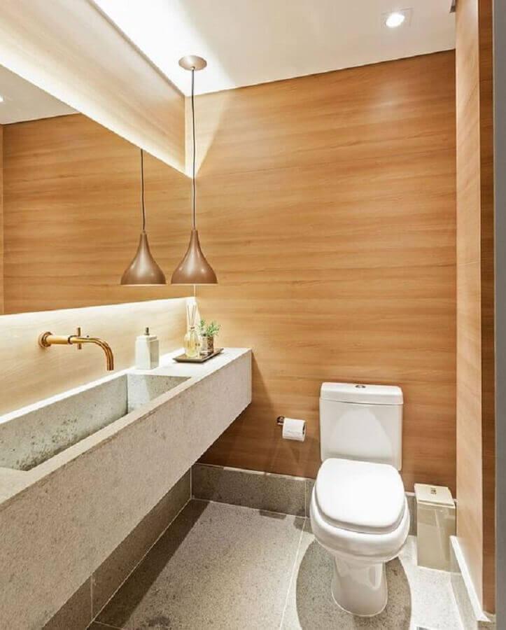 decoração com lustre pendente para banheiro com revestimento que imita madeira Foto Pinterest