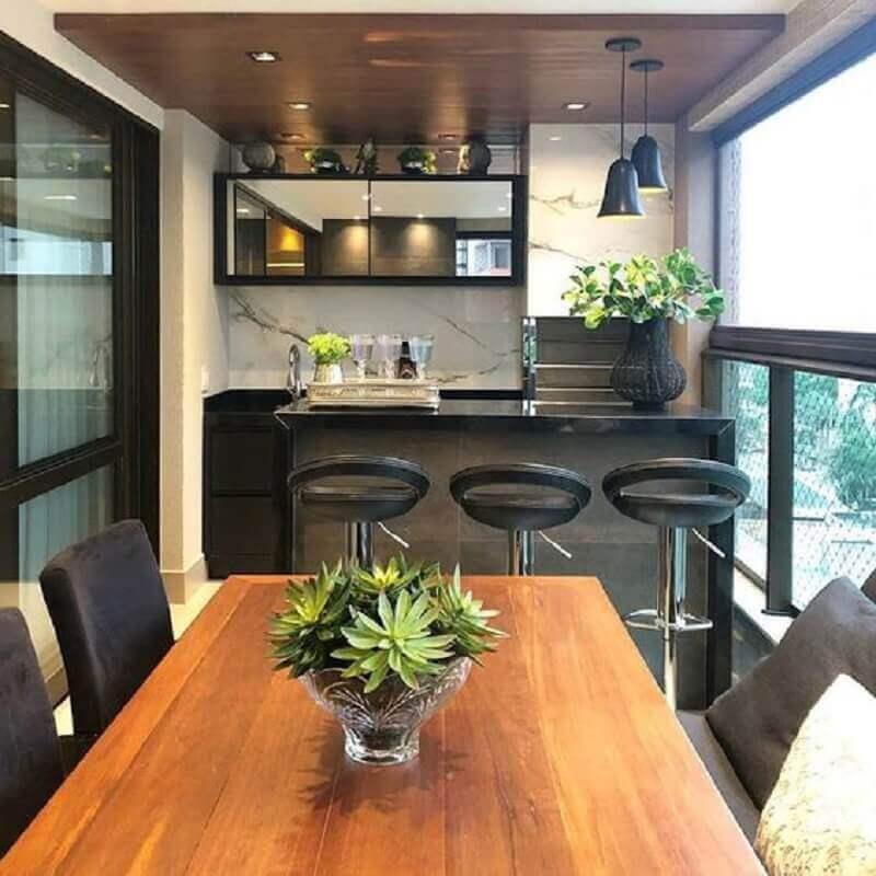decoração com móveis pretos para área gourmet pequena de apartamento Foto Jeito de Casa