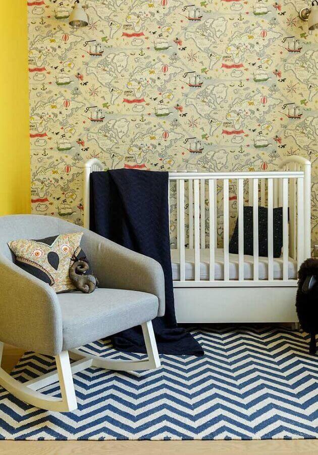 decoração com papel de parede para quarto de bebê amarelo e tapete chevron azul e branco Foto YellowHome
