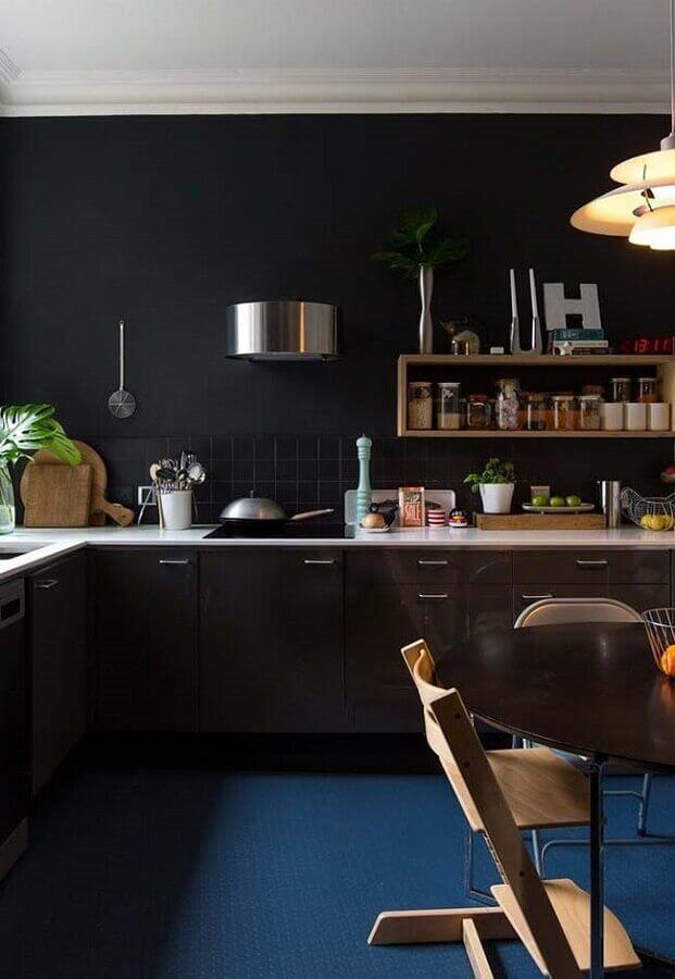 decoração com piso azul para cozinha planejada preta Foto Apartment Therapy