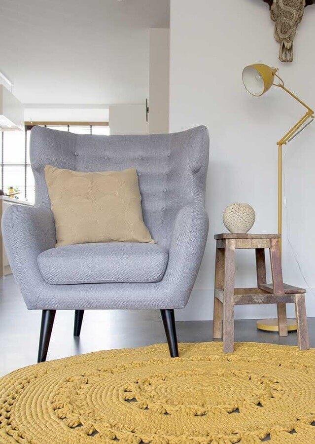 decoração com poltrona cinza e tapete de crochê amarelo para sala Foto Pinterest